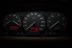 Fekete számlap, fehér háttér, piros inverz LCD