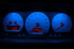 Ezüst számlapos kék háttér világítással, piros inverz LCD-vel