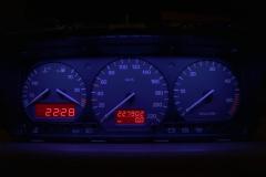 Fekete számlap, kék háttér, piros inverz LCD