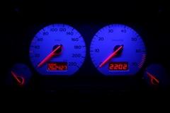 Ezüst számlap, kék háttér, piros inverz LCD, világítós mutató