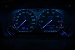 Fekete számlap, kék háttér, kék inverz LCD, FEHÉR világítós mutató