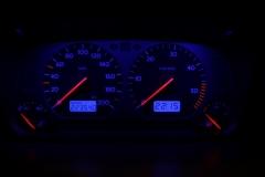 Fekete számlap, kék háttér, kék NORMÁL LCD, világítós mutató