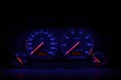 Fekete számlap, kék háttér, piros inverz LCD, világítós mutató