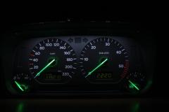 Fekete számlap, fehér háttér, zöld inverz LCD, fehér alapszínű, zölden világító mutató